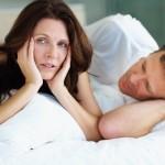 Un couple triste au lit