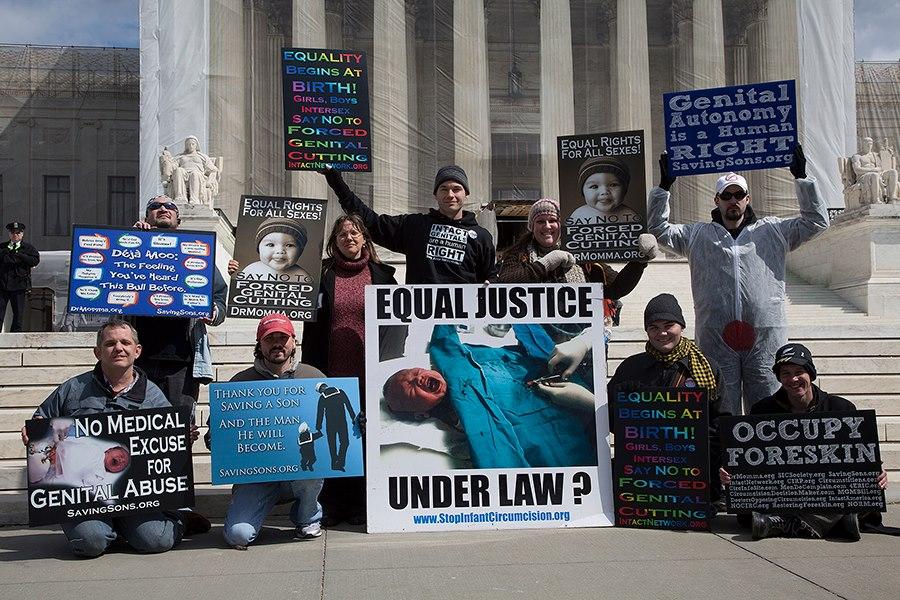 Intactivistes américains manifestent contre la circoncision