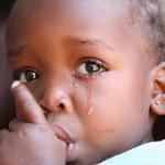 Petite fille noire en train de pleurer