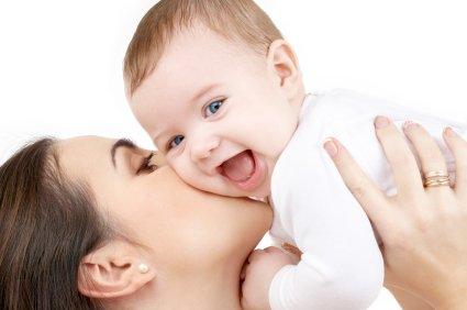 Une maman et son bébé heureux