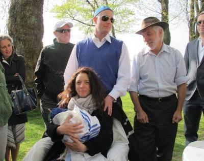 Une famille juive célèbre un Brit Shalom