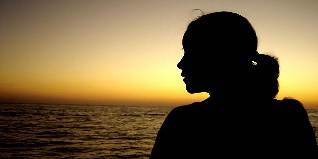 Une femme regarde la mer