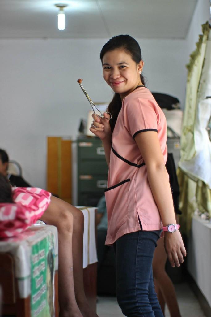 Une femme circoncis un jeune garçon aux Philippines