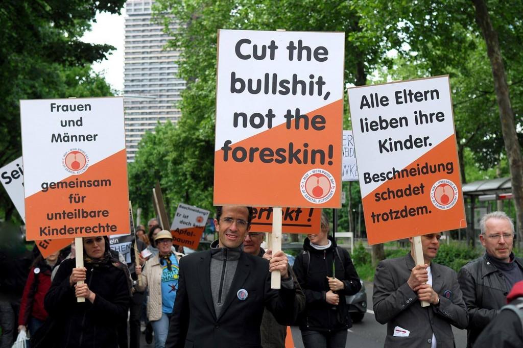 Jérôme Segal manifeste contre la circoncision forcée (Cologne 2014)