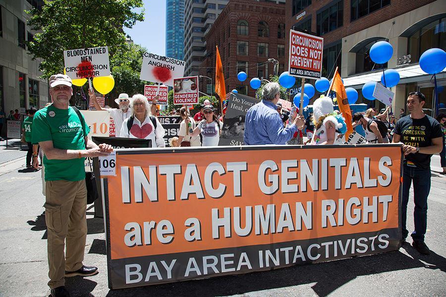 Défilé intactiviste lors de la San Francisco Pride 2014