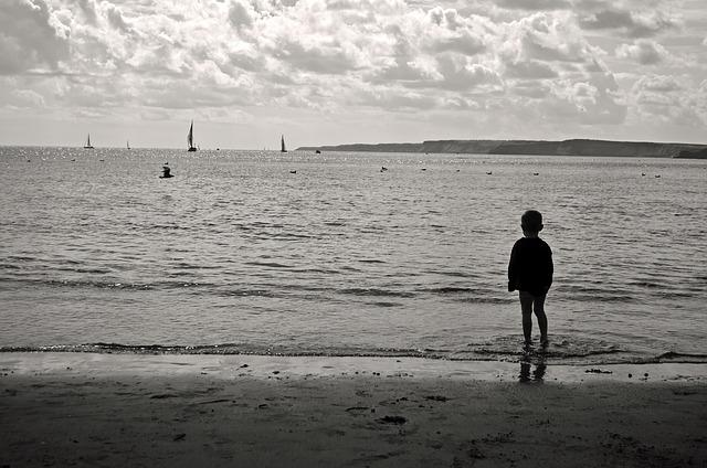 enfant seul regarde mer ciel