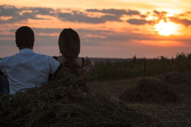 couple homme femme couché soleil dos