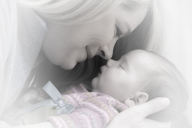 maman et son bébé heureux