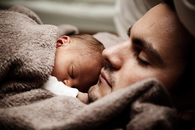 père bébé endormis paisiblement