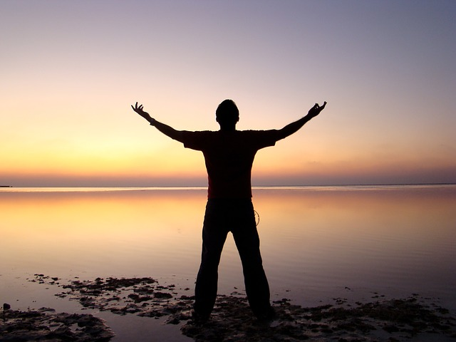 homme libre plage coucher soleil