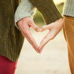 couple mains forment coeur